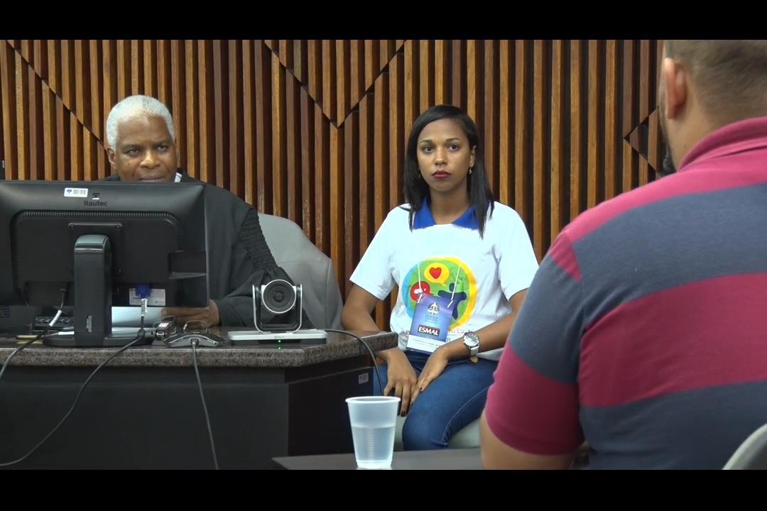 Estudantes de escolas públicas acompanham um Tribunal do Júri